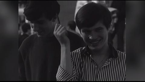 Filmausschnitt: Beatles-Fan kämmt sich die Haare.