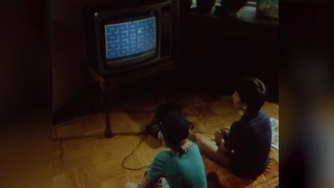 Videovorschaubild: Zwei Kinder sitzen vor dem Fernsehgerät und spielen Telespiele