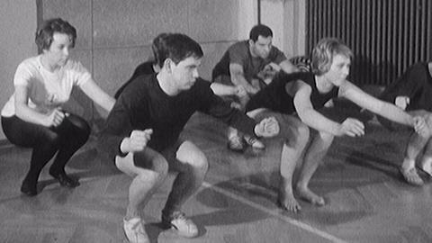 Archivschatz Skigymnastik: Videostartbild – Sportler in einer Turnhalle