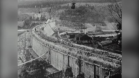 Schwarz-Weiß-Aufnahme vom Bau der Edersee-Staumauer 1908-1914