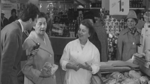 Reporter befragt Käuferin im Supermarkt.