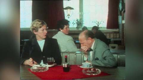 """Ausschnitt aus der hr-Sendung """"Bleib gesund"""". In einem Lokal sitzen ein Mann und eine Frau an einem Tisch, der Mann niest, während ihn die Frau angeekelt anschaut. Eine Frau im Hintergrund dreht sich ebenfalls angeekelt zu ihm um."""