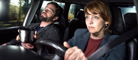 Im Auto: Links Marc Pfeiffer (Ronald Zehrfeld) und rechts Sonja Elbert (Laura Tonke).