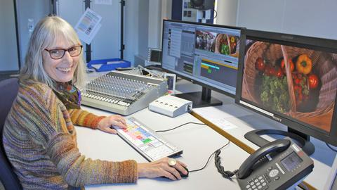 Cutterin Marion Morawek vor Bildschirmen