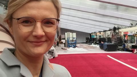 Nicole Makwald beim Aufbau des roten Teppichs der Oscars