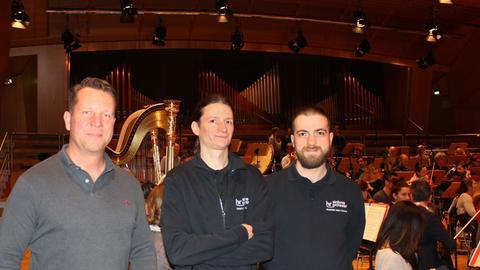 Stage-Management: die Orchesterwarte des hr-Sinfonieorchesters Hardin Hass, Kimon Roggenbuck und Alexander Planz (von links