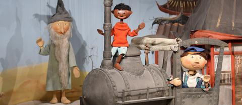 """Szene aus """"Jim Knopf und Lukas der Lokomotivführer"""" der Augsburger Puppenkiste"""