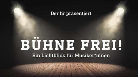 """Leere Bühne, die von zwei Scheinwerfern angestrahlt wird. Darauf die Schrift """"Der hr präsentiert - Bühne frei! Ein Lichtblick für Musiker*innen"""""""