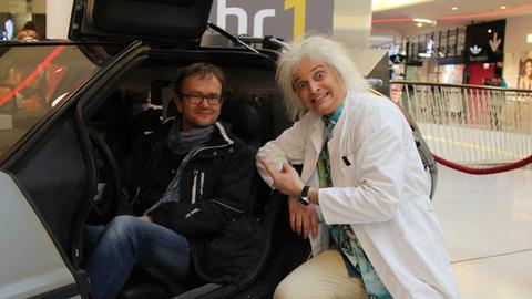 """Klaus Krückemeyer mit einem Besucher bei der Ausstellung """"Achtung 80er: hr1 on Tour"""""""