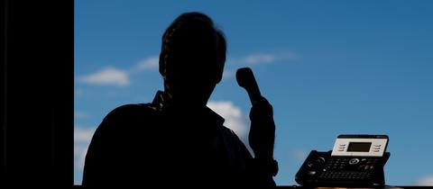 Betrueger geben sich am Telefon als hr-Mitarbeiter aus.