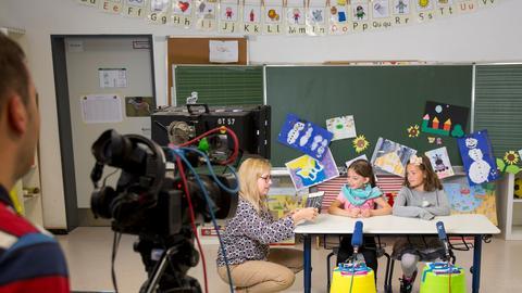 Dreharbeiten Hessenquiz: Fernsehredakteurin Heidi Hehrlein mit Talina und Romy