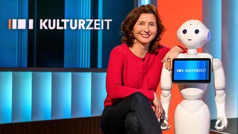 Cécile Schortmann mit Roboter Pepper