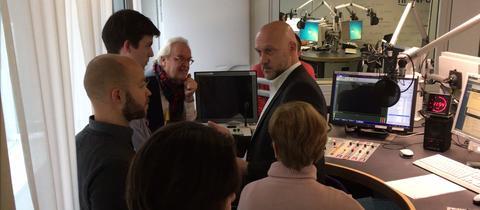 Ulli Janovsky erklärt seinen Gästen das hr-iNFO-Studio