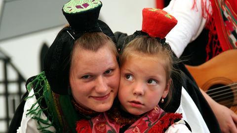 Mutter und Tochter in Schwälmer Tracht