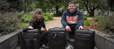 hr-Mitarbeiter Nadine Lang und Joel Hess mit ihrer Ausstattung auf dem hr-Gelände