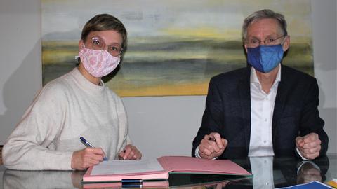 """Sinaida Thiel (hr-Gleichstellungsbeauftragte) und Heiko Konrad (hr-Personalchef) unterzeichnen die """"Klischeefrei""""-Beitrittserklärung."""