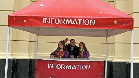 Tim Brockmeier an einem Informationsstand in Moskau