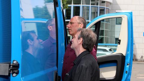 Thomas Ranft und Mathias Hundt betrachten den neuen Ü-Wagen.