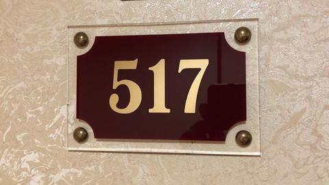 Eine Hoteltür mit der Nummer 517