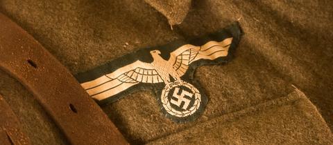 Ein Hakenkreuz auf einer Uniform