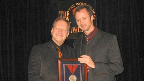 hr3-Moderator Peter Lack nimmt den Radiopreis in New York entgegen