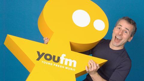 YOU FM-Chef Jan Weyrauch mit dem Maskottchen YOU