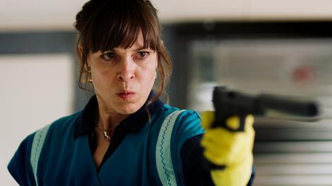 """Hit Mom"": Anneke Kim Sarnau in der Rolle der Putzfrau Hanni (Filmszene)"