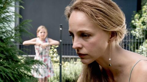 """""""Ich war eine glückliche Frau"""": Eva Sanders (Petra Schmidt-Schaller) und Tochter Lena (Momo Beier, im Hintergrund)"""