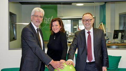 Der Kasseler Oberbürgermeister Bertram Hilgen, hr4-Moderatorin Anke Oldewage und hr-Intendant Manfred Krupp(von links nach rechts) drücken den grünen Knopf und eröffnen das neue hr4-Studio.