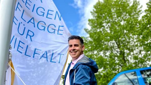 """Andreas Gehrke, Studioleiter in Kassel, hisst die Flagge der """"Charta der Vielfalt"""""""
