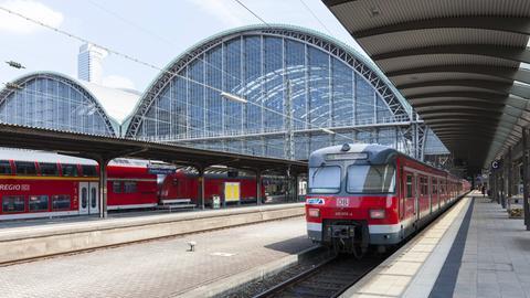 Ein Regionalzug des RMV verlässt den Frankfurter Hauptbahnhof.