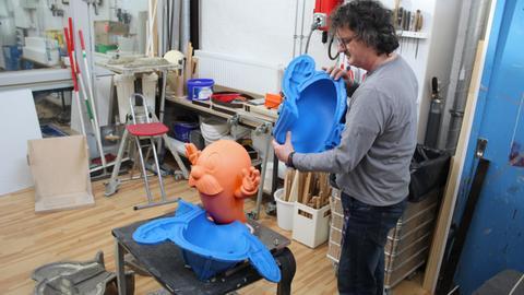 Bildhauer Georg Adam befreit Onkel Otto aus seiner Silikonform
