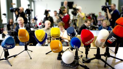 Mikrophone bei einer Pressekonferenz