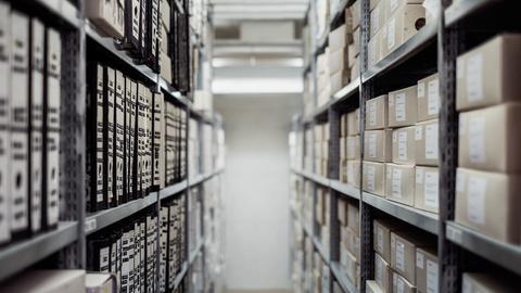 Regale im Archiv