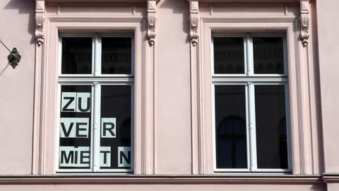 """""""Zu vermieten""""-Schild in einem Fenster"""